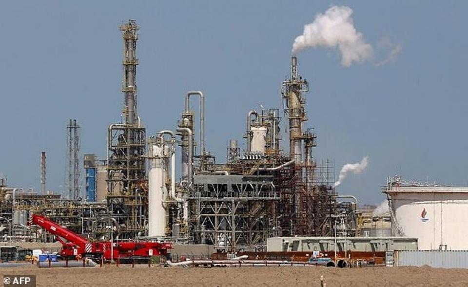 Nhà máy khai thác dầu mỏ tại Kuwait