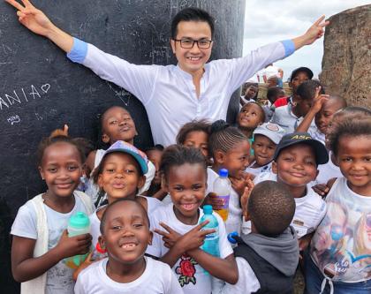 PGS Trần Xuân Bách vui vẻ khi hoạt động xã hội cùng các em nhỏ.