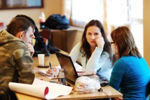 Các bạn sinh viên đang họp nhóm