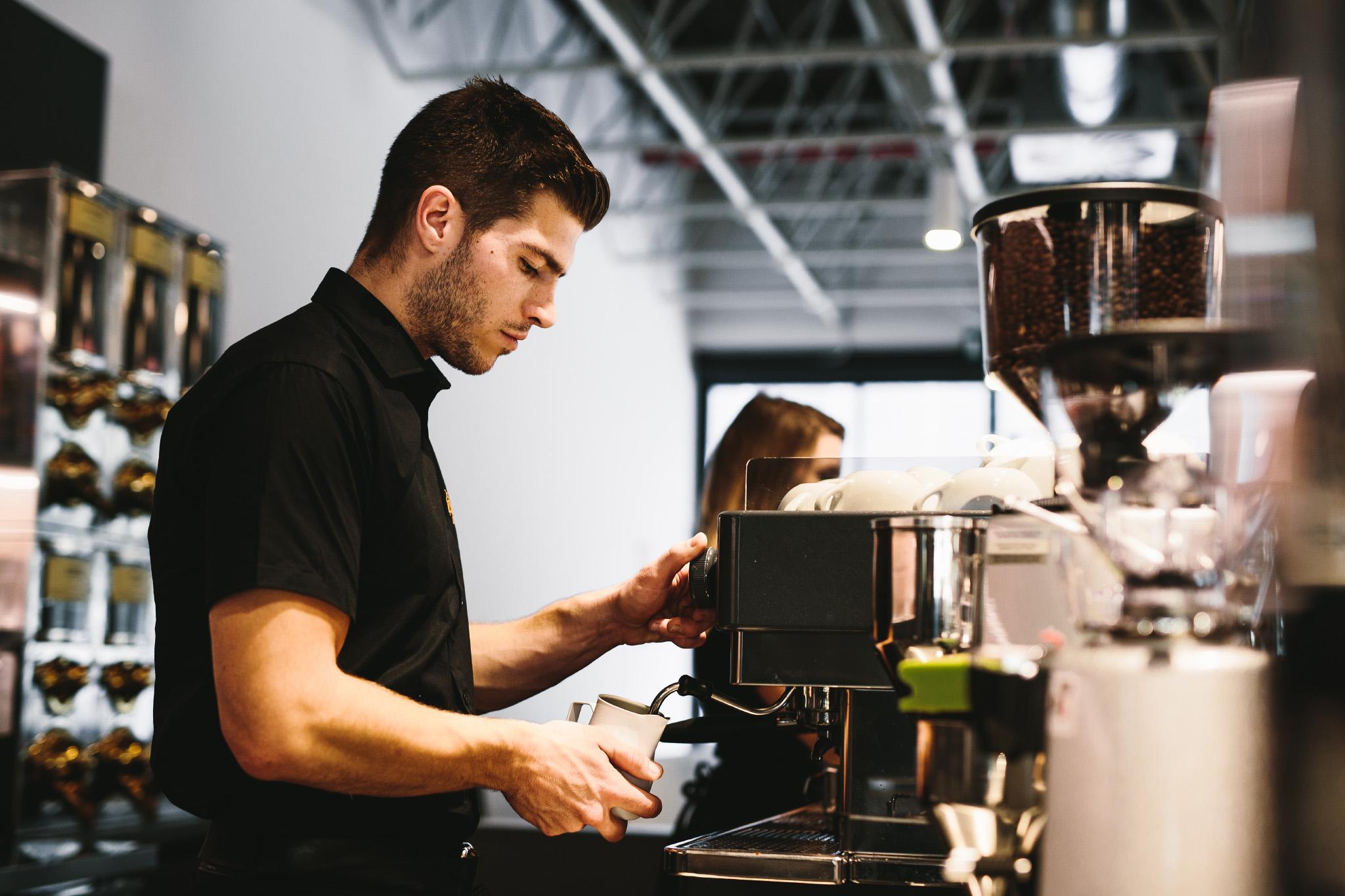 Nhân viên pha cà phê