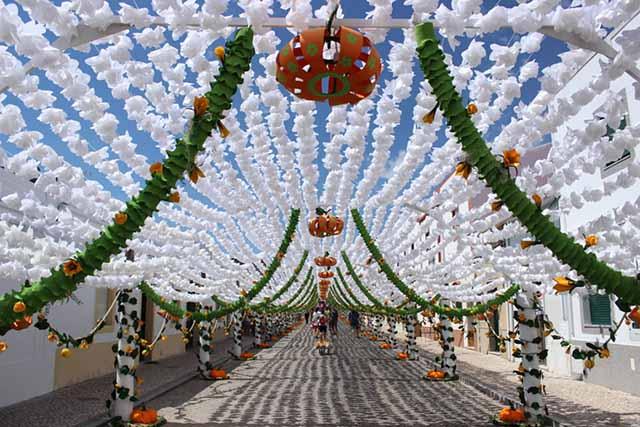 Bồ Đào Nha có nhiều lễ hội độc đáo, những màn ăn mừng đầy sôi động trên các con đường và nhiều hoạt động vui chơi ấn tượng