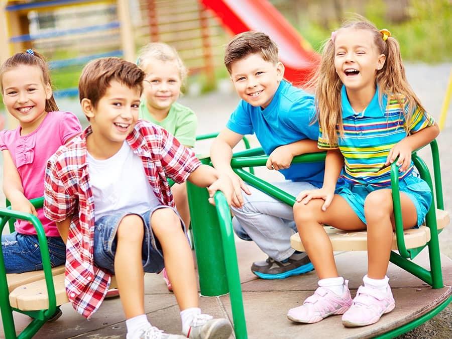 Các em nhỏ đang ngồi trên vòng quay