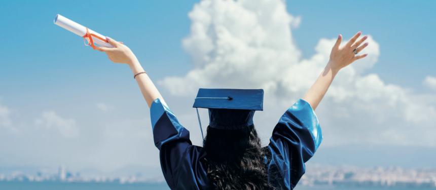 Nữ sinh tốt nghiệp sau khóa du học thạc sĩ Mỹ