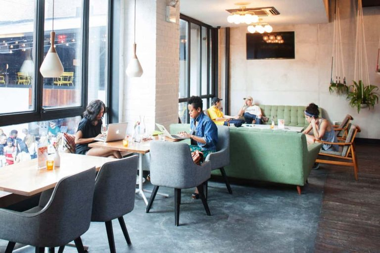 lam-viec-tai-quan-cafe-768x512